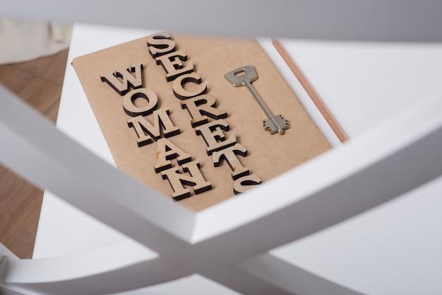 Livro assinado com letras de madeira segredos de mulher