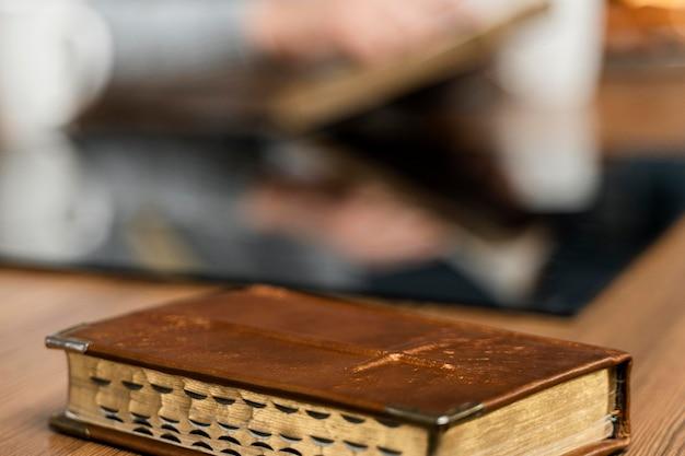 Livro bíblico na mesa da cozinha