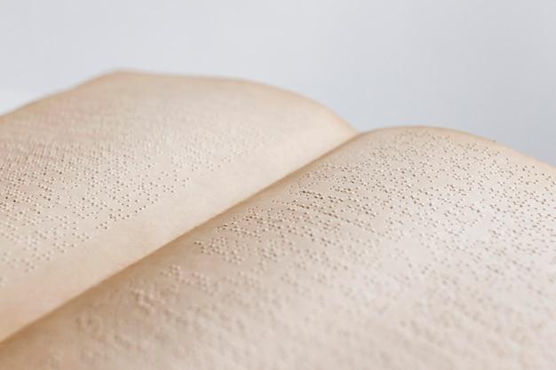 Livro braille antigo de ângulo alto