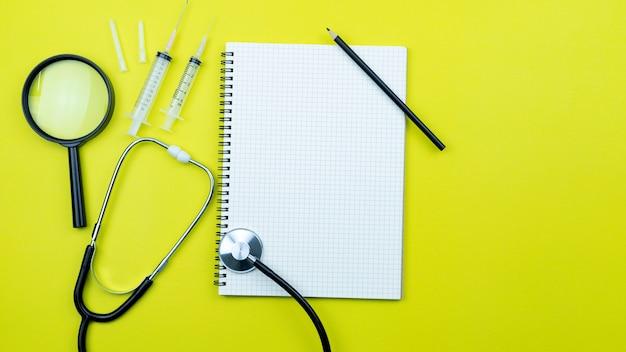 Livro branco com equipamentos médicos e equipamentos de prevenção de vírus covid-19.