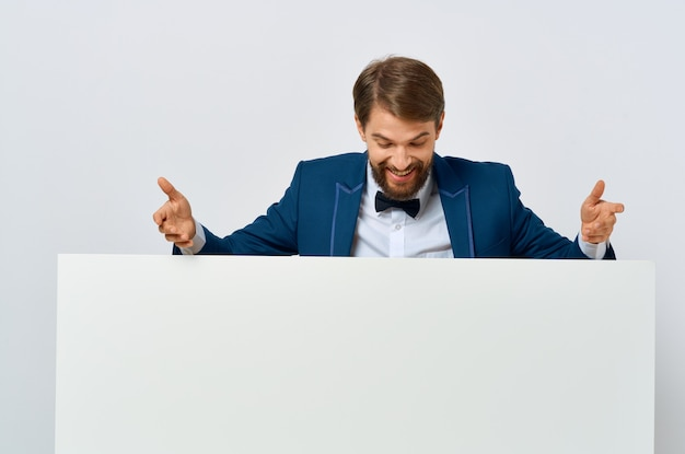 Livro branco do homem alegre nas mãos do marketing de fundo isolado