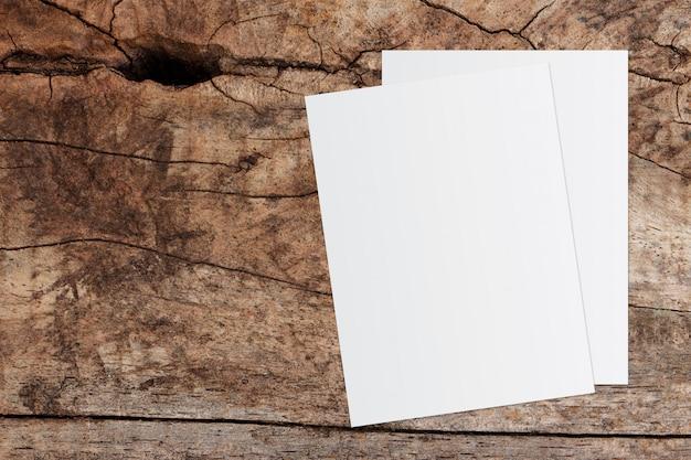 Livro branco e espaço para texto em fundo de madeira velho