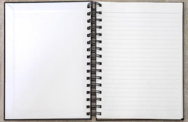 Livro branco memo em branco aberto listrado