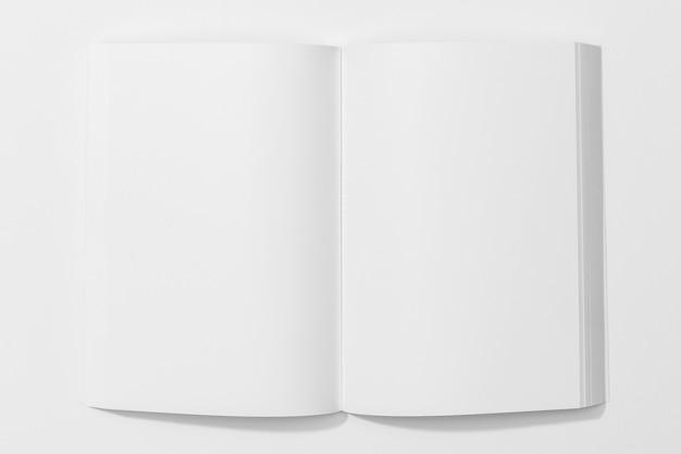 Livro branco sobre fundo branco