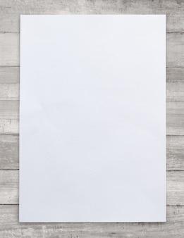 Livro branco sobre fundo de madeira