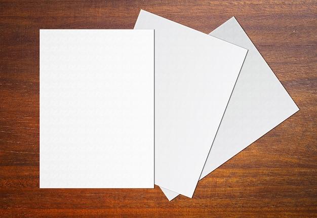 Livro branco vazio no fundo de madeira para a entrada de texto.