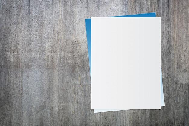 Livro branco vazio no fundo de madeira velho para a entrada de texto.
