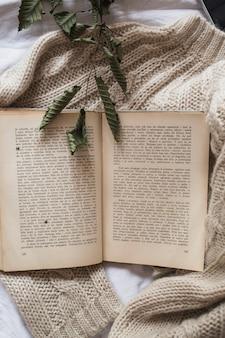 Livro colocado na jaqueta de malha