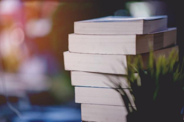 Livro colocado na mesa muitos livros