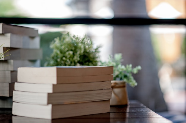 Livro colocado sobre a mesa um monte de livros, lindas cores para estudar