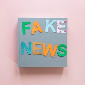 Livro com mensagem de notícias falsas