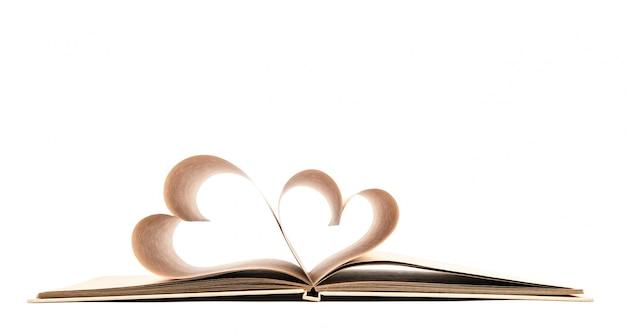 Livro com páginas abertas de forma do coração isolada no backg branco