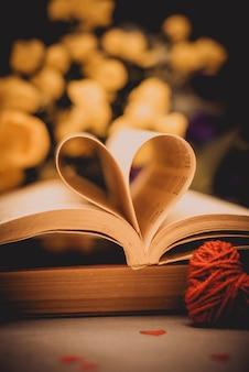 Livro com páginas dobradas em forma de coração