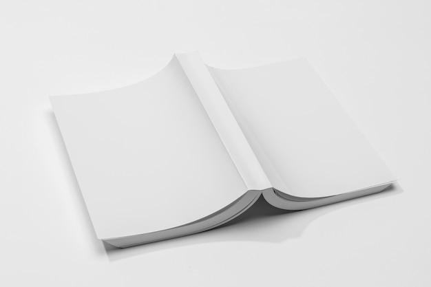 Livro com páginas para baixo em vista alta