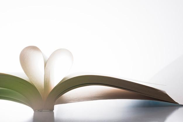 Livro com suas páginas moldando como um coração