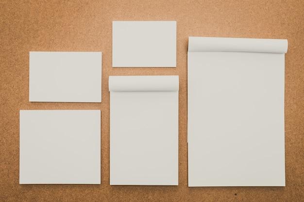 Livro corporativo em branco de madeira