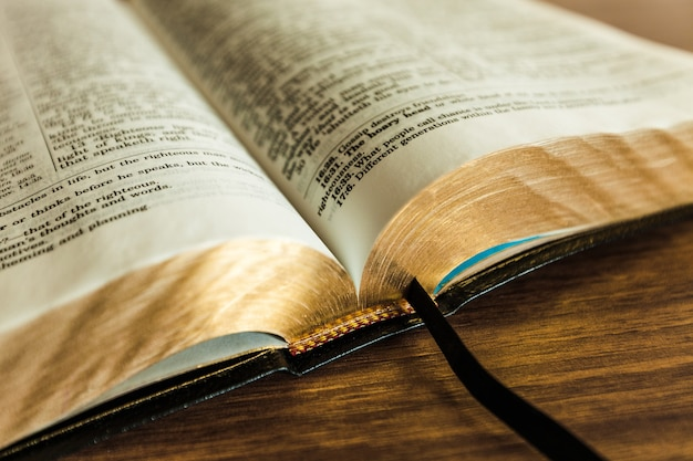 Livro da bíblia sagrada em um fundo de madeira