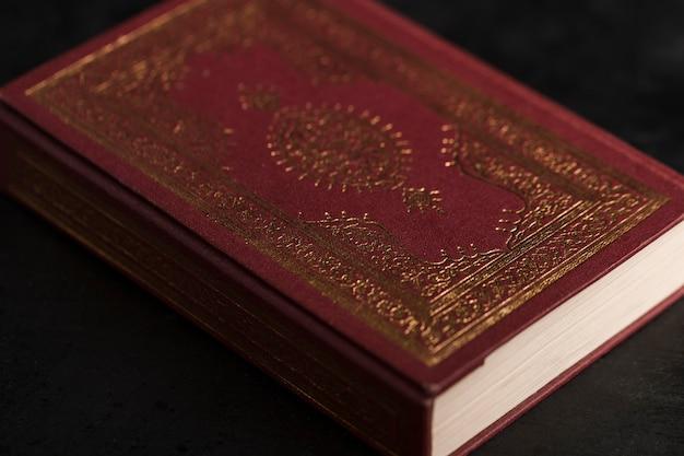 Livro de alcorão de alto ângulo na mesa