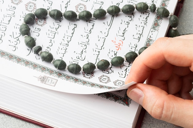 Livro de alcorão islâmico de close-up com misbaha