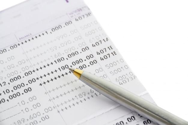 Livro de banco e caneta bola