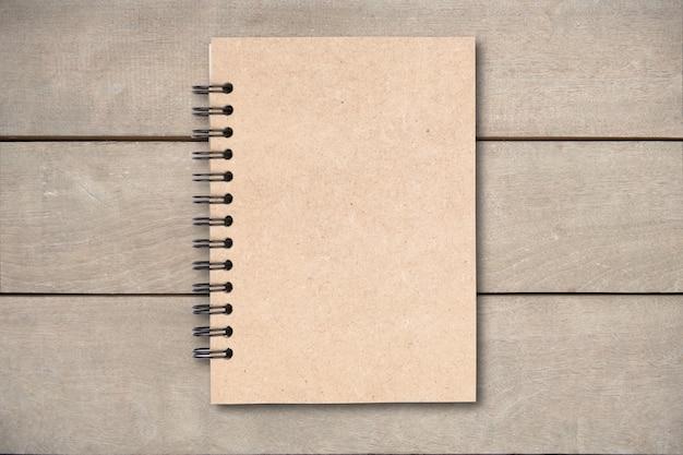 Livro de capa de marrom na mesa de madeira