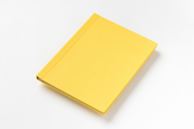 Livro de capa dura amarela, isolado no fundo branco