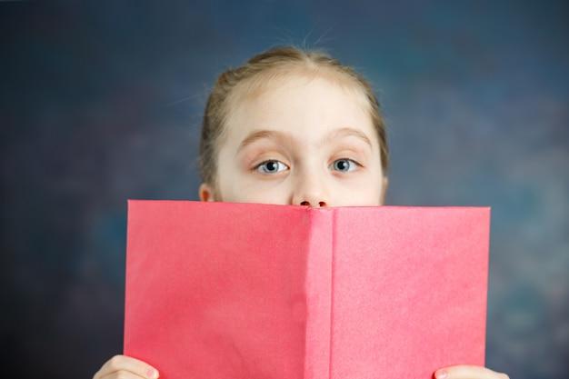 Livro de capa dura do relance da estudante pequena
