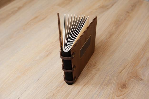 Livro de casamento com uma capa de madeira em uma textura de madeira