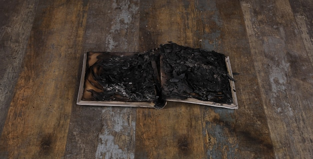 Livro de cinzas de papel queimado até as cinzas
