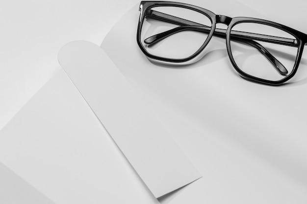 Livro de close-up com marcador e óculos de leitura