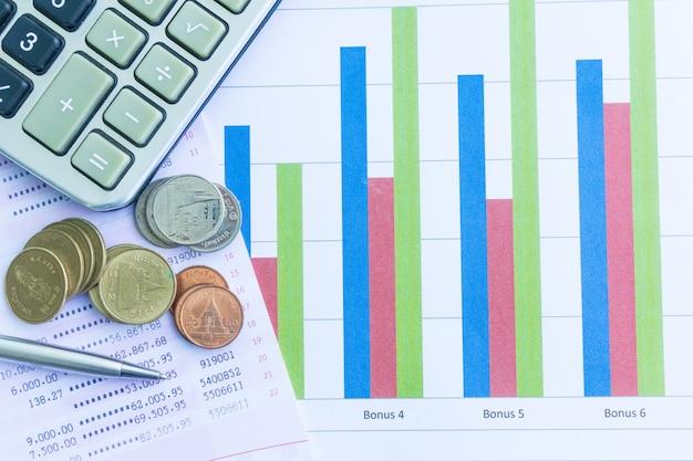 Livro de conta poupança com dinheiro tailandês