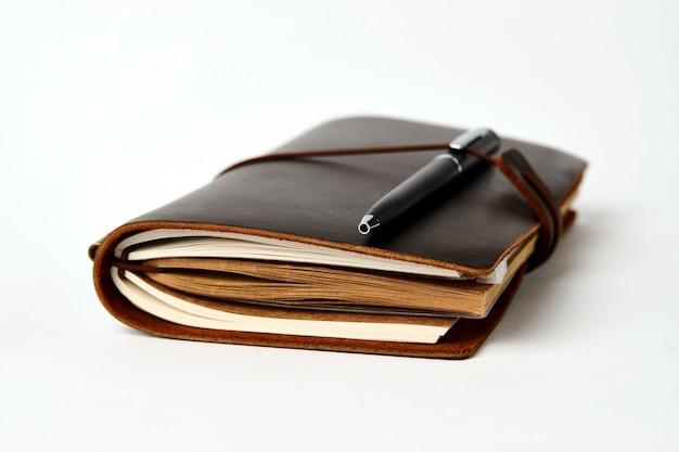 Livro de contato comercial e caneta, close-up