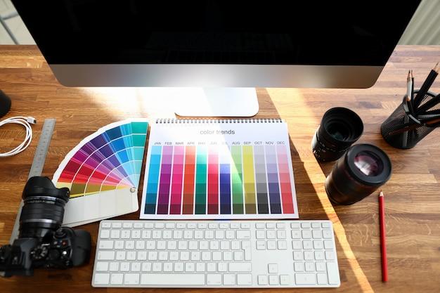 Livro de cores com tendências de cores cadastre-se na mesa de madeira de design