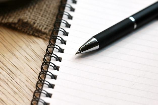 Livro de escritório com uma caneta