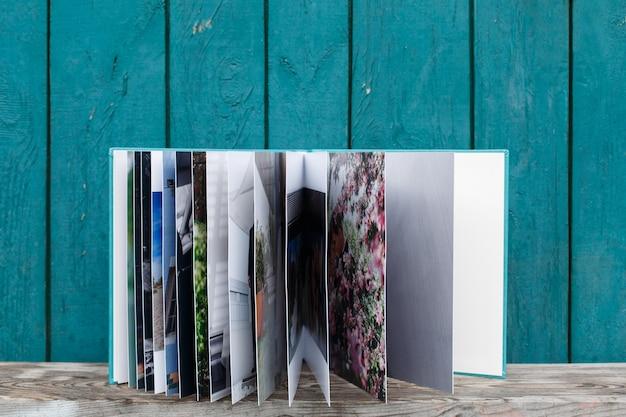 Livro de fotos com capa de couro.