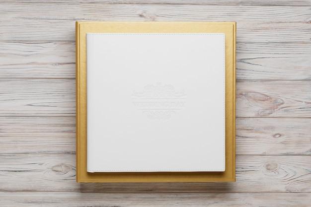 Livro de fotos de casamento branco na caixa de papelão dourada close-up
