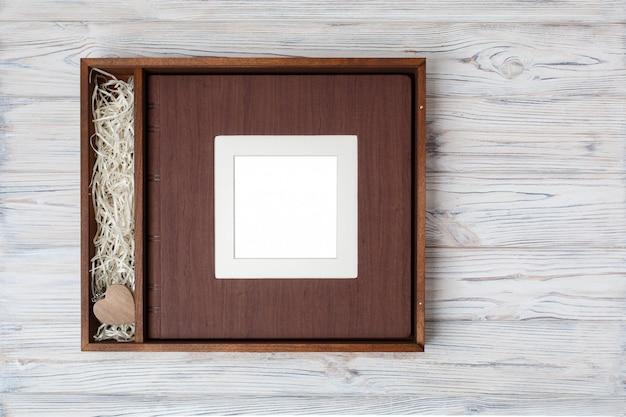 Livro de fotos de casamento com caixa de madeira.