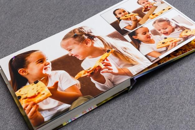 Livro de fotos infantil, crianças comem pizza