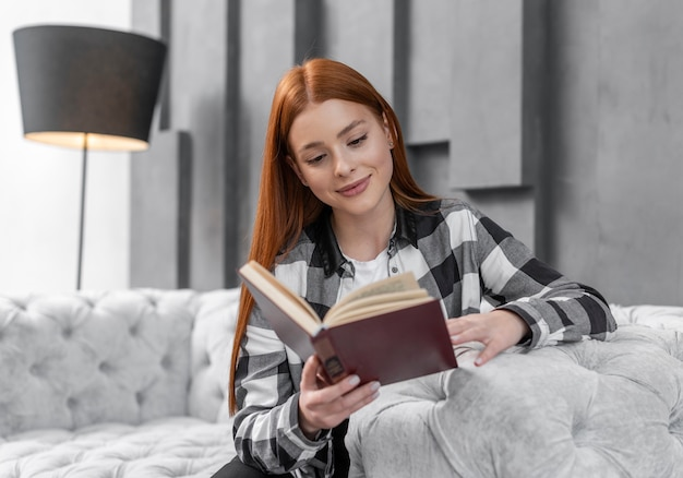 Livro de leitura adorável mulher dentro de casa