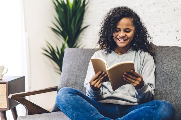 Livro de leitura americano africano mulher negra