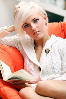 Livro de leitura bonito da mulher