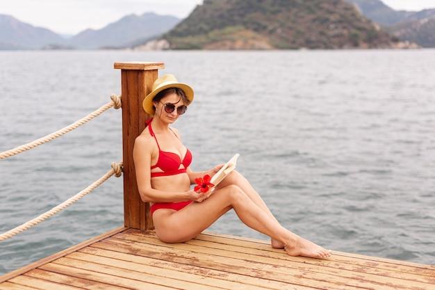 Livro de leitura da mulher na doca