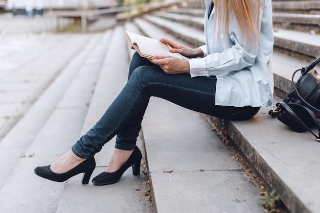 Livro de leitura da mulher nas escadas