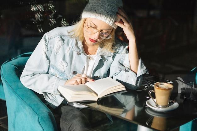 Livro de leitura da mulher no café