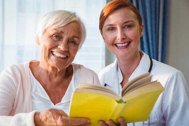 Livro de leitura de enfermeira e mulher sênior