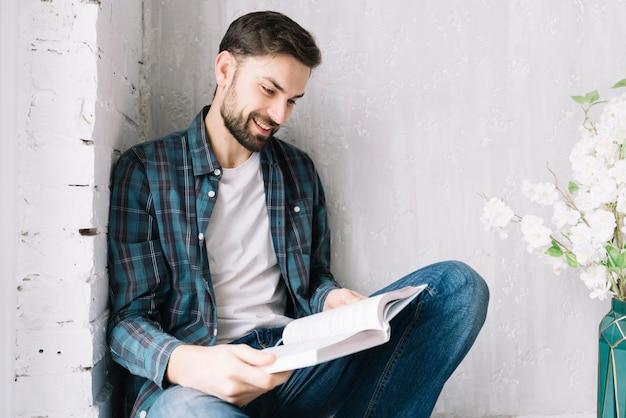 Livro de leitura de homem alegre