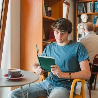 Livro de leitura de homem bonito