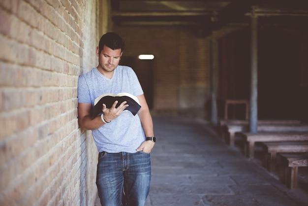 Livro de leitura de homem