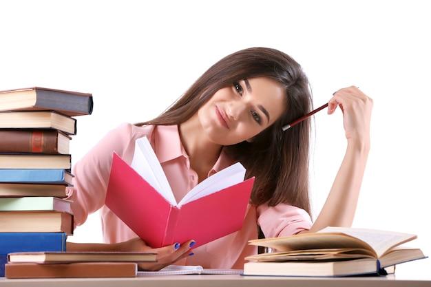 Livro de leitura de jovem isolado no branco