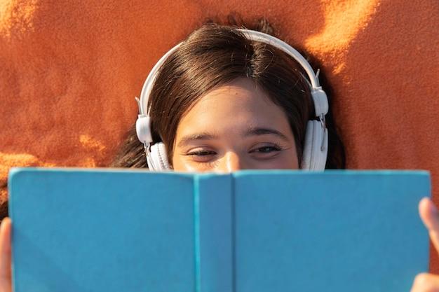 Livro de leitura de menina em close-up